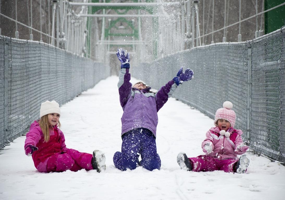 Trois enfants jouant dans la neige
